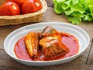 Печена риба скумрия на скара с доматен сос, зехтин, оцет и босилек
